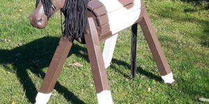 Holzpferd mit geschnitztem Kopf