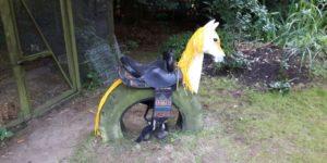 Gartenpferd aus Traktor-Reifen und Pferdekopf aus Holz